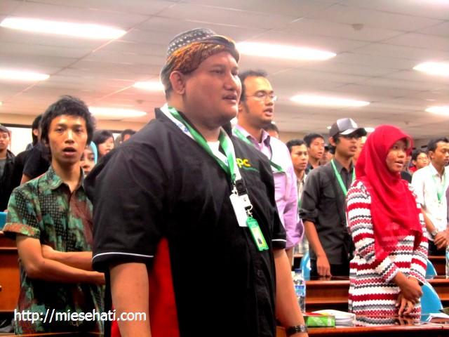 Menyanyikan lagu Indonesia Raya untuk menumbuhkan kecintaan pada Indonesia