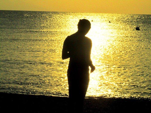 Memandang laut emas di Pantai Senggigi Lombok