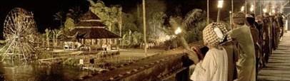 pesta obor dalam film Di Bawah Lindungan Ka'bah