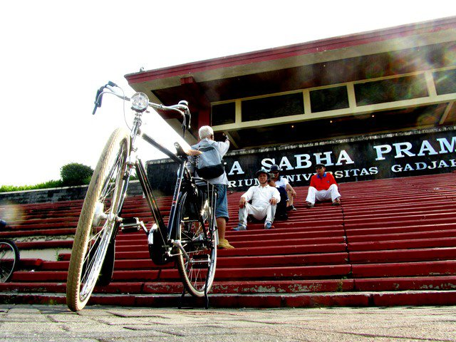 Sepeda onthel Gazele di GSP UGM menunggu teman