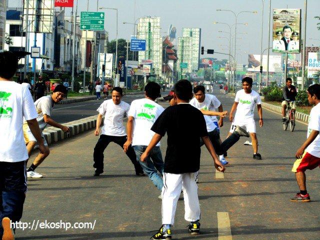 main bola di jalan