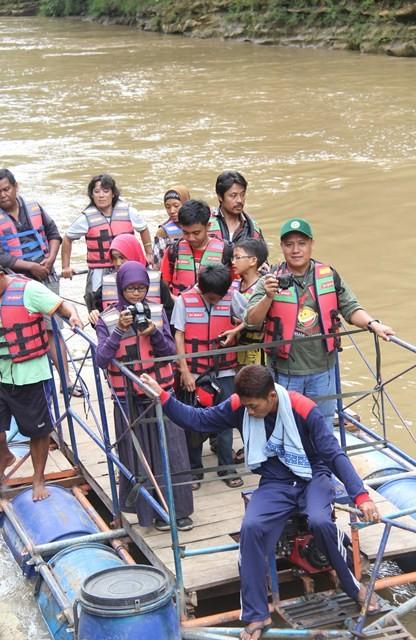Perahu Gethek menuju Air Terjun Sri Gethuk