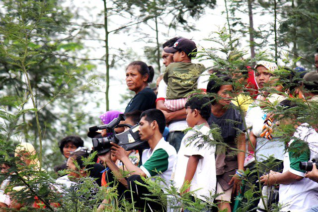 Masyarakat Cangkringan nonton Jathilan di lereng Merapi