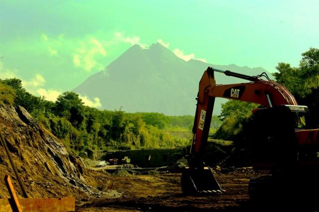 Antrian truk di lokasi penambangan pasir Merapi