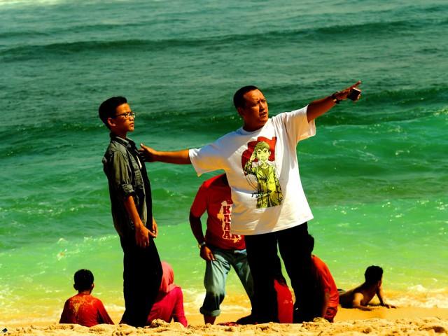 Bercengkerama di tepi laut