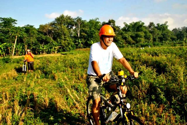 Gowes di sawah tanpa jalan sepeda