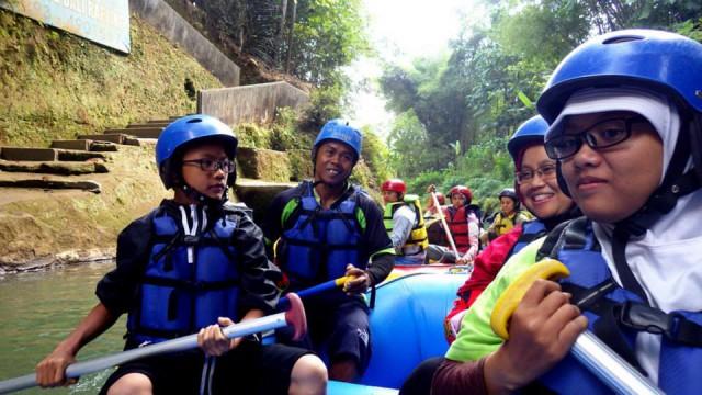 Jangan lupa membawa camera waterproof saat Rafting di Sungai Elo