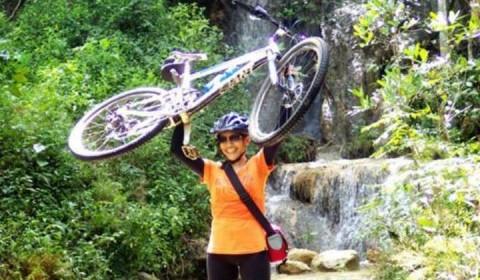 Srikandi angkat sepeda MTB di hutan Wanagama