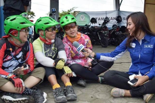 Wawancara pesepeda dengan reporter TV