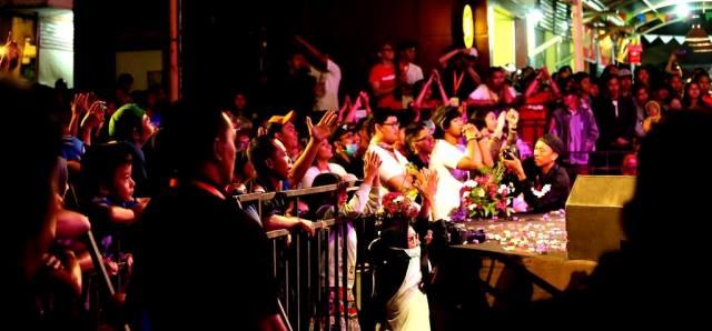 Berdiri begitu Sawung Jabo muncul di panggung