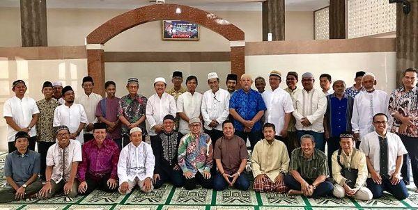 Ustadz Wijayanto dan jamaah bapak-bapak