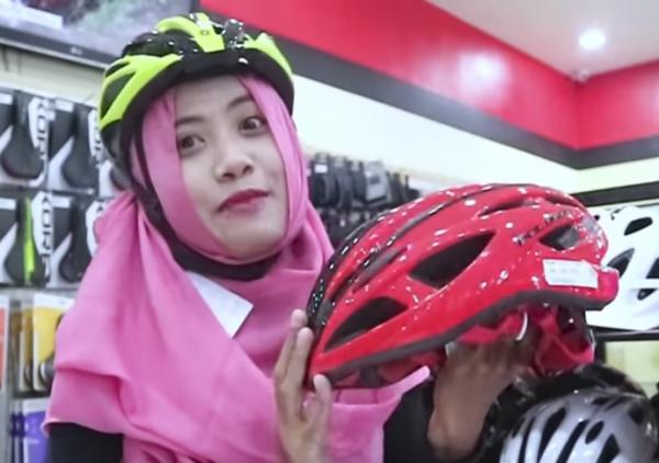 Road bike helm (Cerita sepeda Youtube)